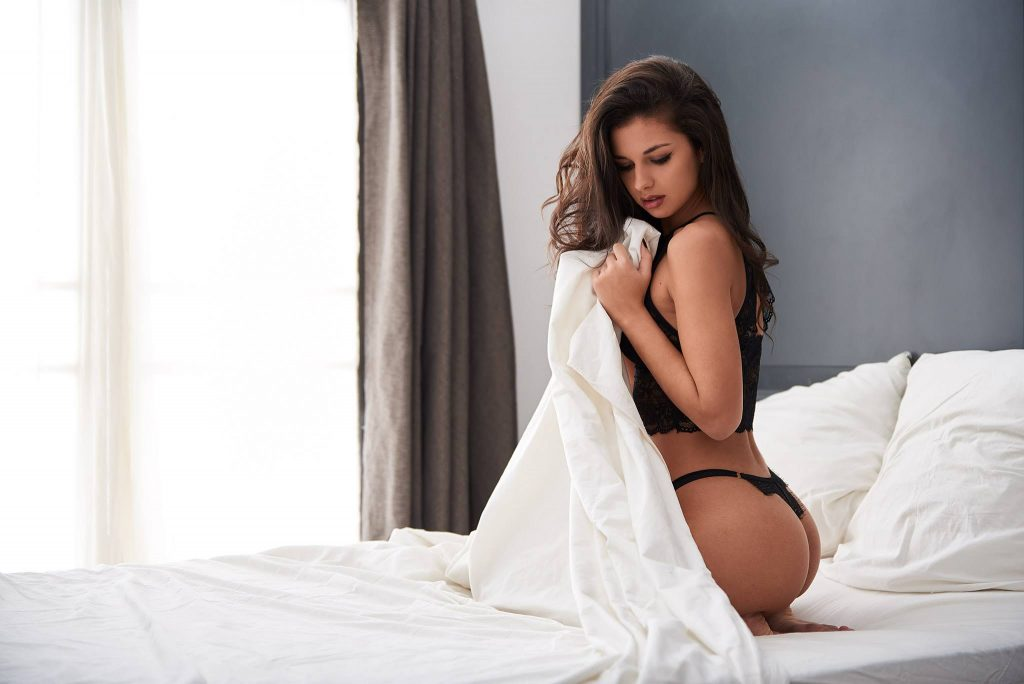 Boudoir- woman on bed holding sheet